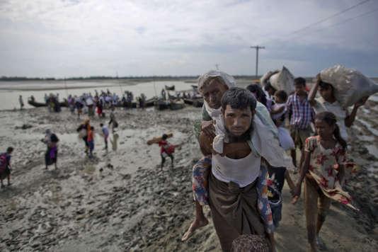 Dans les camps côté Bangladesh, autorités et ONG sont débordées par la marée humaine. La police bangladaise a annoncé vendredi avoir empêché plus de 20 000 Rohingyas de franchir la frontière.