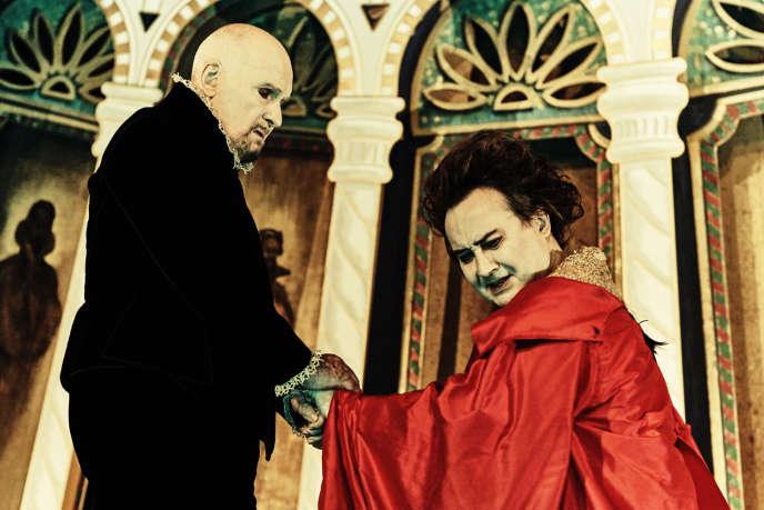 Michel Bouquet (à gauche) incarne Orgon dans « Le Tartuffe », mis en scène par Michel Fau (à droite).