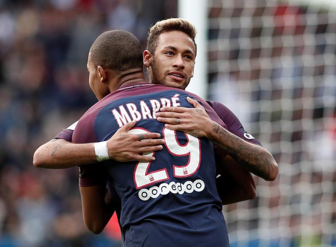 Neymar et Kylian Mbappé lors du match PSG-Bordeaux (Ligue 1), au Parc des Princes, à Paris, le 30 septembre 2017.