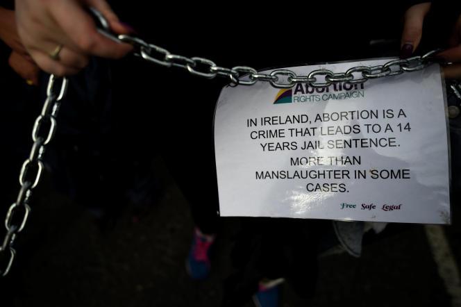 Lors d'une manifestation en faveur d'un assouplissement de la législation irlandaise sur l'IVG, à Dublin, en septembre 2017 : « En Irlande, l'avortement est un crime qui peut être puni de 14 ans d'emprisonnement, plus qu'un homicide dans certains cas. »