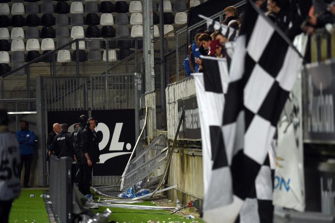 Après qu'une barrière de la tribune des spectateurs s'est écroulée pendant le match Amiens-Lille, au stade de la Licorne à Amiens, le 30 septembre.