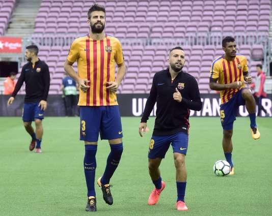 Les joueurs barcelonais, ici Gerard Piqué, ont porté pendant leur échauffement avant le match face à Las Palmas un maillot aux couleurs de la Catalogne.