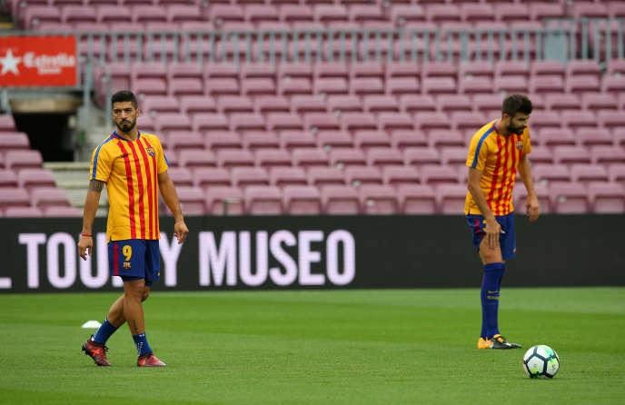 Avant le match, les joueurs du FC Barcelone, iciLuis Suarez et Gerard Pique, ont arboré le maillot du club aux couleurs de la Catalogne.