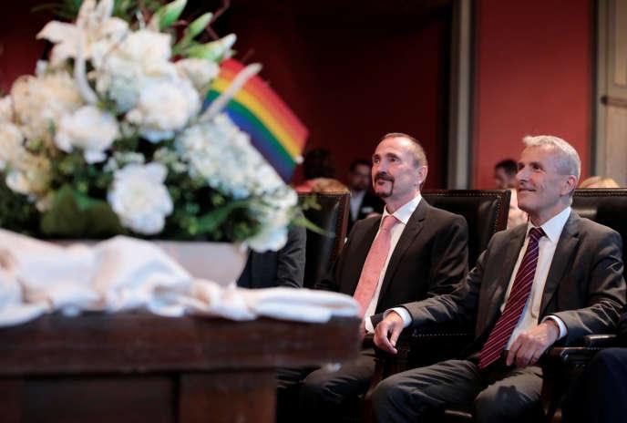 Le premier mariage homosexuel en Allemagne a célébré l'union de Karl Kreil (à gauche) et Bodo Mende (à droite), à Berlin le 1er octobre.