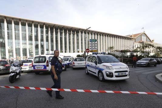 La police installe un cordon de sécurité après une attaque au couteau en gare Saint Charles, le 1er octobre 2017.