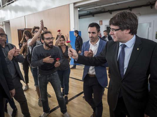 Le chef du gouvernement catalan, Carles Puigdemont, dans un bureau de vote deSant Julia de Ramis en Catalogne, le 1er octobre.