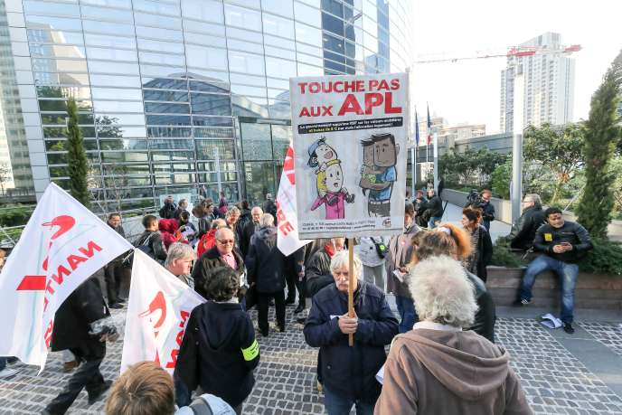 Manifestation contre la baisse de cinq euros par mois de l'Aide personnalisée au logement, à La Défense, le 21 septembre.