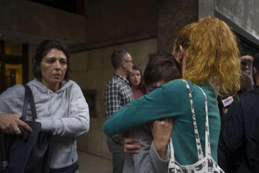 Aux abords du bureau de vote Ramon Lull, près de la Sagrada Familia, où la police est venue confisquer les urnes en faisant des blessés parmi les manifestants.