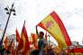 Des manifestants, qui dénoncent le référendum sur l'indépendance en Catalogne,brandissent des drapeaux espagnols, à Madrid, le 1er octobre 2017.