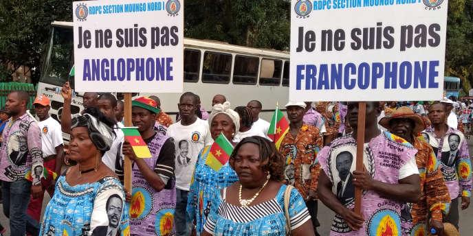 Des Camerounais « unionistes» manifestent à Douala contre les revendications sépératistes des régions anglophones, le 1er octobre 2017.