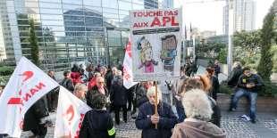 Manifestation contre la baisse de cinq euros des APL devant le ministère de la cohésion des territoires, le 21 septembre 2017.