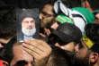 Portrait du leader du Hezbollah libanais Sayyed Hassan Nasrallah brandi dans la foule écoutant son intervention pour l'Ashoura à Beyrouth, au Liban, le 1er octobre 2017.