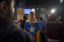 Rassemblement place de Catalogne, à Barcelone, le 1er octobre, lors de la soirée électorale post-référendum.