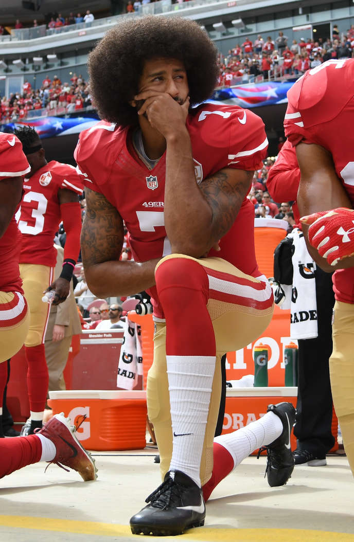Le joueur de football américain Colin Kaepernick, un genou à terre durant l'hymne américain en signe de protestationcontre les violences policières, le 2 octobre 2016, à Santa Clara (Californie).