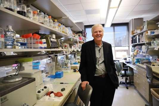 Le biologiste Michael Young dans son laboratoire de l'université Rockfeller à New York après avoir gagné le prix Nobel de médecine le 2 octobre 2017.