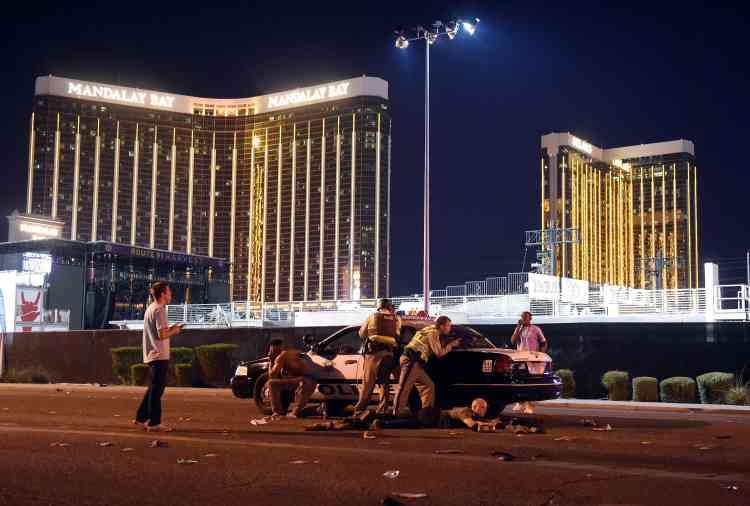 Jose Baggett, 31ans, un résident de la ville, a déclaré qu'il était dans le hall de l'hôtel du casino Luxor, quand il a vu des gens commencer à courir. Certains pleuraient et, alors qu'il s'éloignait, il a pu apercevoir des points de contrôle de la police où les officiers étaient lourdement armés.