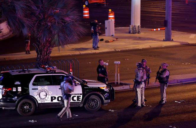 Des dizaines de véhicules de police se sont déployés sur Las Vegas Boulevard après la fusillade.
