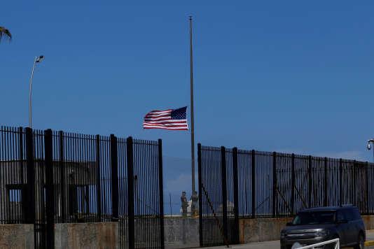 Des marines hissent le drapeau américain dans l'enceinte de l'ambassade des Etats-Unis, à La Havane, le 2 octobre 2017.