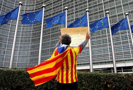 Un Catalan pro-indépendantiste manifeste devant la Commission européenne, à Bruxelles (Belgique), le 2 octobre.