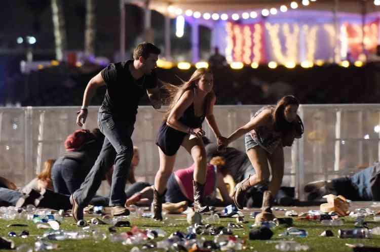 """«Ça a commencé comme un bruit de verre brisé. On a regardé autour de nous pour savoir ce qui se passait. Quelques minutes plus tard, on a entendu """"pop-pop-pop-pop"""". On a pensé que c'était des feux d'artifice ou des pétards. Et on a réalisé que c'était des coups de feu», a raconté à CNN une spectatrice, Monique Dekerf."""
