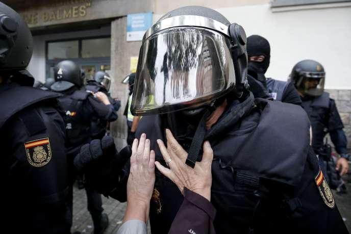 « La répression policière a insensiblement déplacé sa cible des institutions politiques vers la population. » (Photo : intervention de la police espagnole à Barcelone, le 1eroctobre).