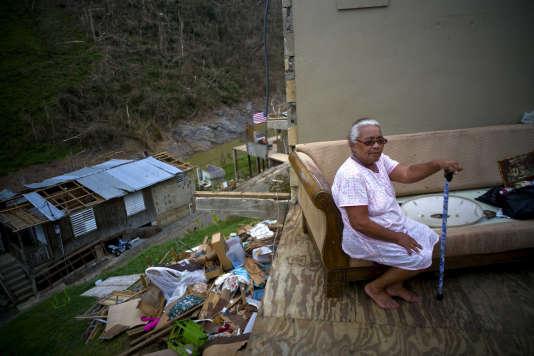 Une habitante de San Lorenzo (Porto Rico) dans les décombres de sa maison, le 30septembre 2017.