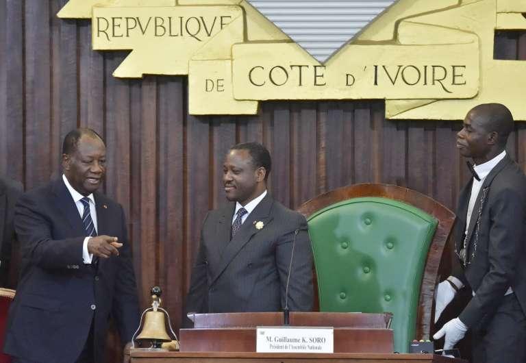 Le président ivoirien Alassane Ouattara (à gauche) aux côtés du président de l'Assemblée nationale Guillaume Soro (au centre), en janvier.