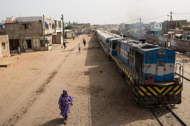 La voie du TER sera construite à côté de celle du train bleu qui relie Dakar à Bamako (Mali).