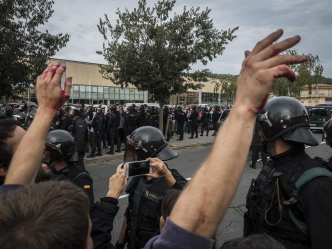 Les forces de l'ordre affrontent les manifestants, à St Julia de Ramis, dans la province de Gérone (Catalogne), le 1er octobre.