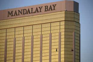 Des rideaux passent au travers des fenêtres cassées d'une chambre d'hôtel du «Mandalay Bay». C'est d'ici que le tireur a fait feu et qu'il a été retrouvé mort.