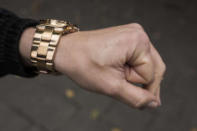 Clara Grelsson montre la puce qui est implantée dans sa main gauche, entre le pouce et l'index, à Stockholm (Suède) le 29 septembre.