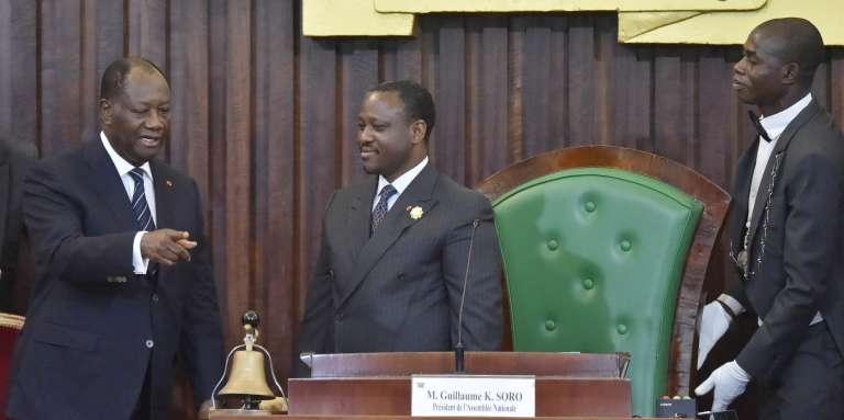 Le président ivoirien Alassane Ouattara (à gauche) et le président de l'Assemblée nationale Guillaume Soro (au centre), à Abidjan, le 10 janvier 2017.