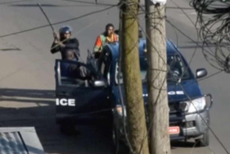Des policiers ont arrêté un manifestant à Buéa, capitale de la région du Sud-Ouest, l'une des deux régions anglophones qui ont proclamé leur « indépendance» symbolique le 1er octobre 2017. (Capture d'écran)
