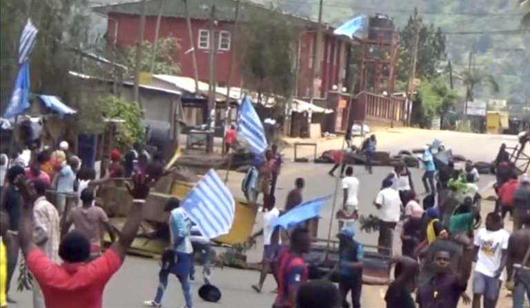 Le 1er october 2017, des Camerounais anglophones ont dressé des barricades dans les rues de Bamenda et proclament leur «indépendance» symbolique sur les réseaux sociaux et dans la rue, arborant le drapeau de leur Etat rêvé : l'Ambazonie. (Capture d'écran)