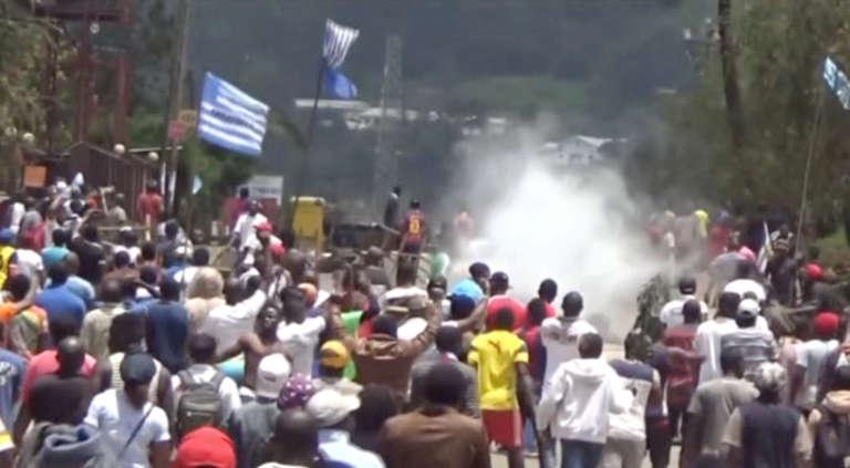 Le 1er october 2017 à Bamenda, des Camerounais anglophones proclament leur «indépendance» symbolique sur les réseaux sociaux et dans la rue, arborant le drapeau de leur Etat rêvé : l'Ambazonie. (Capture d'écran)