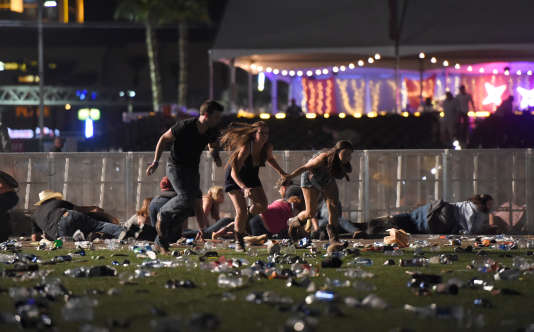 Des spectateurs fuient la pelouse où avait lieu le festival de musique country, entendant des coups de feu, à Las Vegas (Nevada), le 1er octobre.