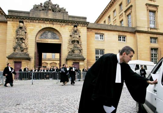 En juin 2007, des avocats avaient déjà bloqué les accès du palais de justice à Metz (Moselle) pour protester contre la suppression envisagée par le gouvernement Fillon de la cour d'appel de la ville.