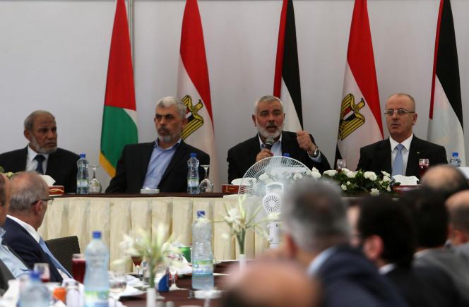 Le chef du Hamas, Ismaïl Haniyeh s'exprime au côté tdu premier ministre palestinien, Rami Hamdallah, durant leur rencontre à Gaza, mardi 3 octobre.