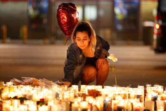 Les hommages aux victimes se sont multipliés après la fusillade qui a fait au moins 59morts, dimanche, à Las Vegas.
