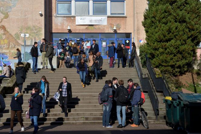 Des étudiants en sciences à l'Université Paris-Sud, membre du regroupement Paris-Saclay.