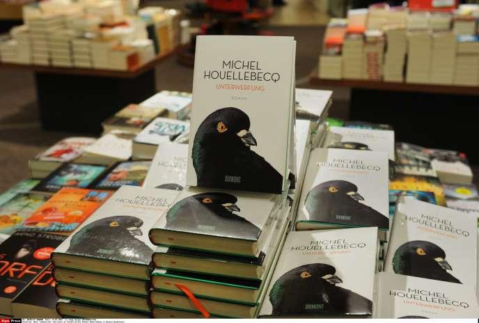 « Unterwerfung », l'édition allemande de « Soumission », de Michel Houellebecq, chez l'éditeur DuMont, en janvier 2015 à Berlin. Le livre est paru presque en même temps dans les deux pays.