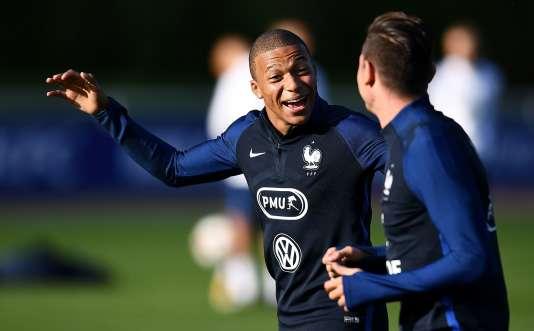 Le Parisien Kylian Mbappé explique au Marseillais Florian Thauvin comment le prochain OM-PSG, prévu le 22octobre, risque de se passer.