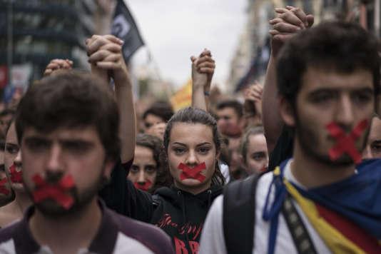 Des manifestants catalans, le 2 octobre, à Barcelone.