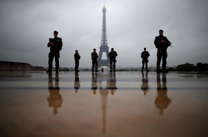 Des soldats de l'opération Sentinelle au Trocadéro, à Paris, le 3 mai.