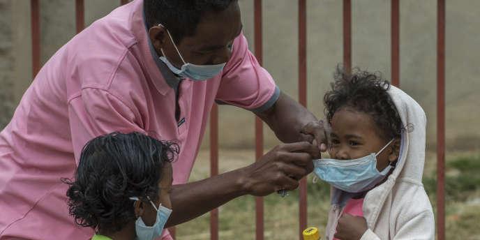 Des enfants portent des masques pour se protéger de la peste à Antananarivo, capitale malgache, le 3 octobre.