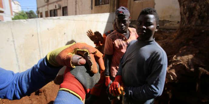 Des migrants subsahariens travaillant dans la construction, à Alger, en juin 2017.