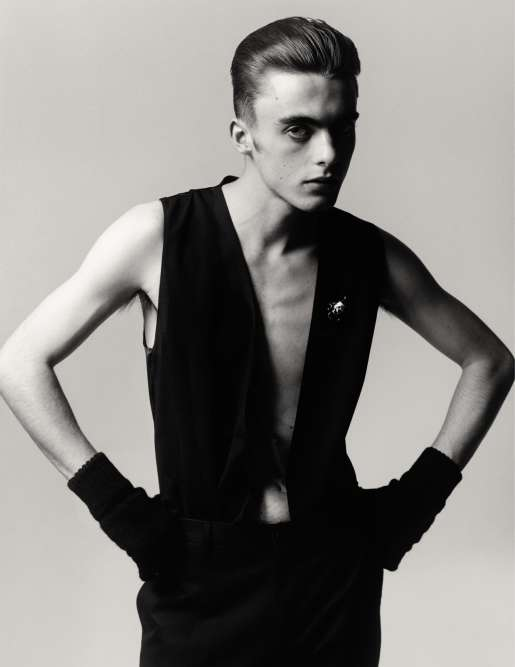 Pantalon et gilet en laine, Dolce & Gabbana. Broche en métal, Gillian Horsup.