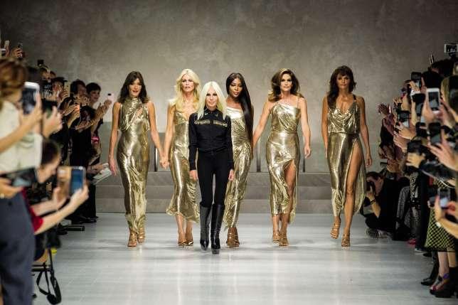 Carla Bruni, Claudia Schiffer, Naomi Campbell, Cindy Crawford et Helena Christensen avec Donatella Versace, à Milan.