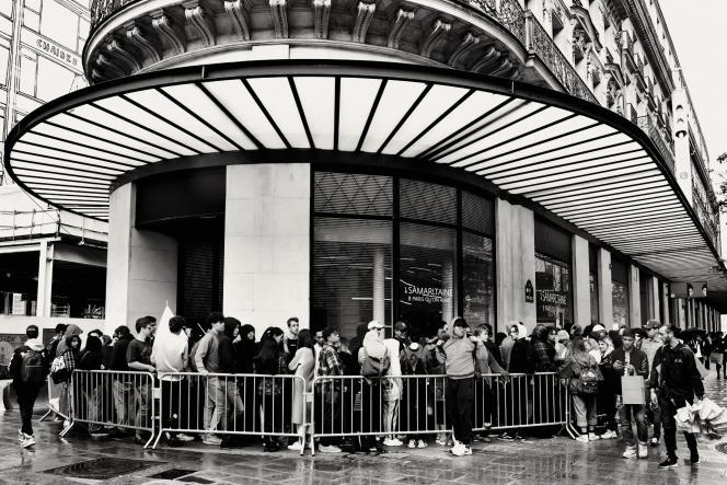 Le 30 juin 2017, à Paris, devant le pop-up store Louis Vuitton × Supreme. En rupturede stock, la boutique, prévue pour durerun mois, a ferméses portes au bout dequarante-huit heures.