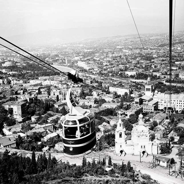 Vue du mont Mtatsminda ou « montagne sacrée », en 1966.